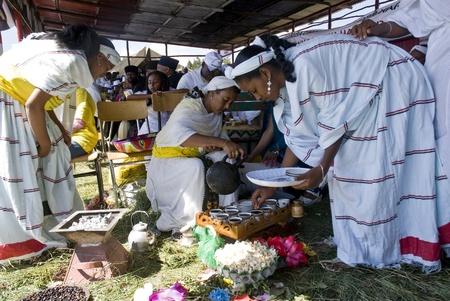 Tradizionalmente vestiti donne etiopi preparare il caffè in una cerimonia tradizionale caffè etiope durante il giorno dell'evento mondiale contro l'AIDS in Fitche, Etiopia.