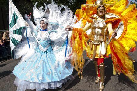 notting hill: Ballerini della London School of Samba galleggiare al Carnevale di Notting Hill 30 ago 2010 a Notting Hill, Londra. Editoriali