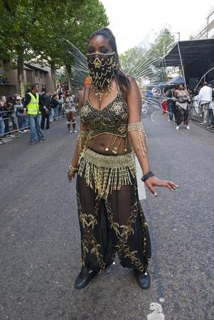 community group: Bailar�n del Grupo Phoenix Arts Comunidad en el carnaval de Notting Hill el 30 de agosto de 2010 en Notting Hill, Londres.