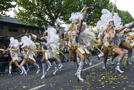 notting hill: Dancers from the Paraiso School of Samba float at the Notting Hill Carnival on August 30, 2010 in Notting Hill, London.  Editorial