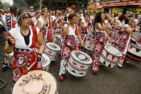 notting: Batala, Banda de Percussao, realiz�ndose en el carnaval de Notting Hill
