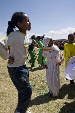 Bambini etiopi ballare al 20 ° Giornata Mondiale Aids in Fitche, etiope