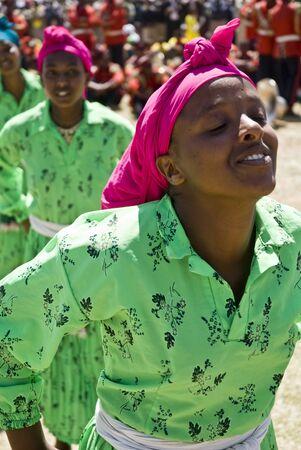danza africana: Giovani donne etiopi eseguendo una danza tradizionale africana al 20 � Giornata Mondiale Aids in Fitche, Etiopia Editoriali