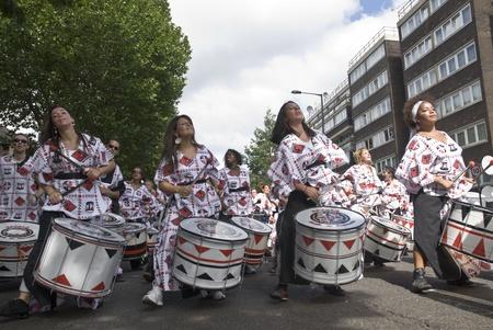 notting hill: Batteristi di Batala Banda de Percussao esibirsi al Carnevale di Notting Hill Street Parade il 30 agosto 2010 a Notting Hill, Londra
