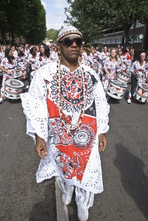 notting hill: Notting Hill, Londra - 31 agosto: il leader della band da Batala Banda de Percussao leader della band ATTRAVERSO le strade al Carnevale di Notting Hill 30 AGOSTO 2010 a Notting Hill, Londra, Inghilterra Editoriali