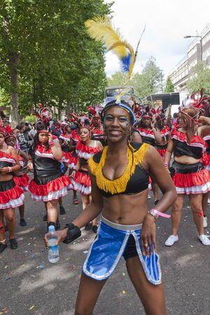 notting hill: Ballerino dal galleggiante mondiale Popoli al Carnevale di Notting Hill il 30 agosto 2010 in Notting Hill, Londra.