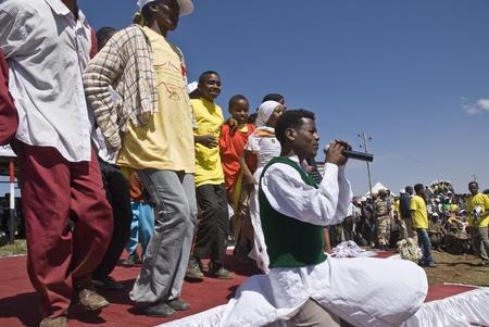 Giovane cantante etiope esibirsi sul palco al 20 ° Giornata Mondiale Aids in Fitche, Etiopia