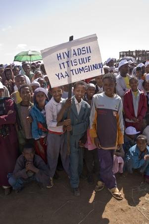 I bambini in possesso di un banner HIV al 20 ° Giornata Mondiale Aids in Fitche, Etiopia