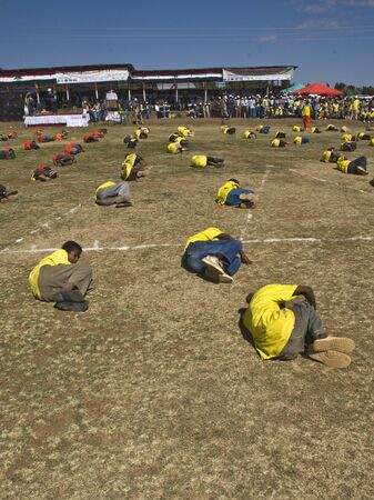 Etiope perfoming Esercizio giovani al 20 ° Giornata Mondiale Aids in Fitche, Etiopia