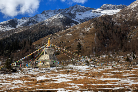 White Tibetan Prayer Stupa, Tibetan Prayer Flags - Picturesque winter scenery - Four Girls Mountain National Park in Sichuan Province, China. Shuangqiao Valley, Snow Capped Mountains. Siguniangshan 에디토리얼