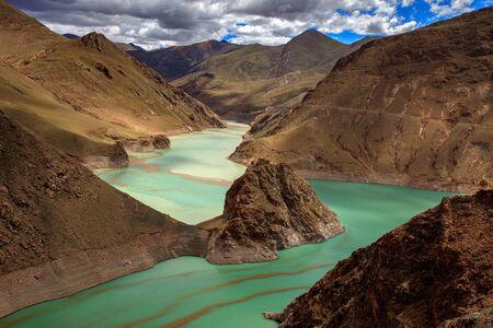 Vue sur le lac du barrage de Manak depuis le col de Simila - Gyantse, Shigatse, région autonome du Tibet en Chine. Manla Reservoir, plan d'eau turquoise de haute altitude. Paysage chinois exotique