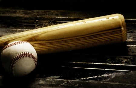 guante de beisbol: Bate de madera y de b�isbol sobre un fondo negro