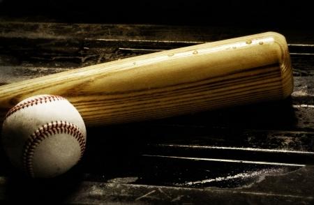 chauve souris: Bois de baseball et de baseball sur un fond noir Banque d'images