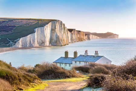 Die Küstenwache Cottages und Seven Sisters Chalk Cliffs etwas außerhalb von Eastbourne, Sussex, England, UK.