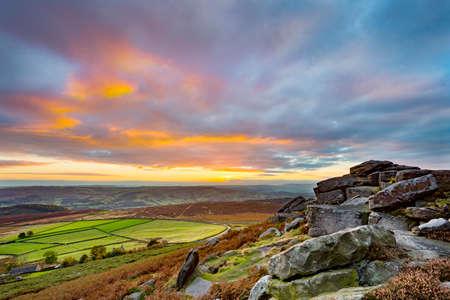 Sonnenuntergang von Stanage Edge, im Höchstbezirks-Nationalpark, Derbyshire, England, Großbritannien