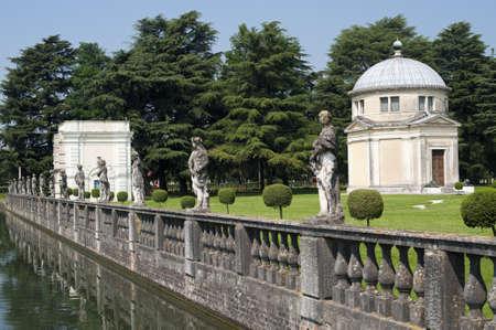 ピアッツォーラ ・ スル ・ ブレンタ (パドヴァ、ベネト、イタリア)、ヴィラ コンタリーニ、庭園や運河上の彫像