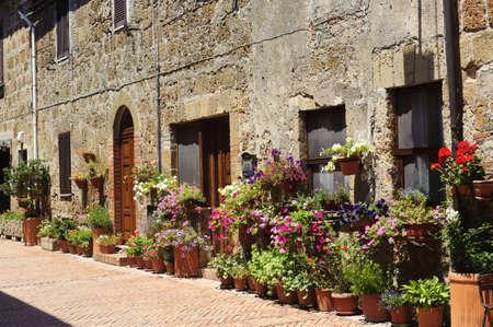 ソヴァーナ ロマンティック (グロッセート, トスカーナ, イタリア)、典型的な住居と中世の村、鉢花 報道画像