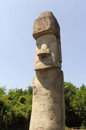 rapa nui: Vitorchiano (Viterbo, Lazio, Italia): Estatua tradicional proveniente de Rapa Nui