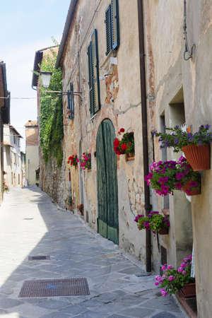 Montefollonico (シエナ、トスカーナ、イタリア) - 中世の村の通り