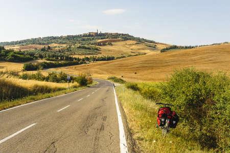 ヴァル ・ ドルチャ (シエナ、トスカーナ、イタリア) 夏の典型的な風景です。ピエンツァへの道を自転車