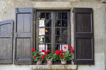 Perouges (Ain, Rhone-Alpes, Frankrijk) - Venster met bloemen in het middeleeuwse dorp
