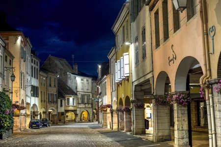 Louhans ソーヌ ・ エ ・ ロワール、ブルゴーニュ、フランス - 夜の柱廊玄関のメイン ・ ストリート