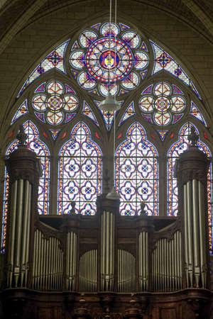 organos: Sens (Yonne, Borgo�a, Francia) - Interior de la catedral de Saint-Etienne, en estilo g�tico, las vidrieras y el �rgano Foto de archivo