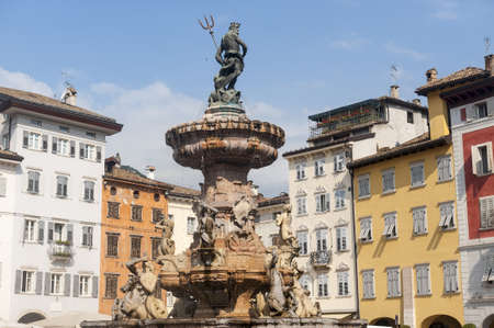 トレント大聖堂広場 (トレンティーノ ・ アルト ・ アディジェ州、イタリア) の歴史的な噴水