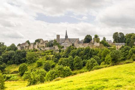 セント スザンヌ (マイエンヌ、ペイ ド ラ ロワール、フランス) - 中世の村の全景 写真素材
