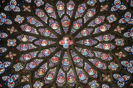 rose window: Sees (Orne, Bassa Normandia, Francia) - Interno della cattedrale in stile gotico: vetrate (rosone) Editoriali