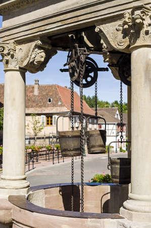 poleas: Boersch (Bas-Rhin, Alsacia, Francia) - Antiguo pozo con poleas y cubos de madera