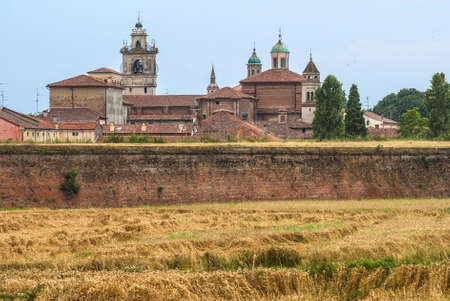 サッビオネータ (イタリア ロンバルディア州マントヴァ) - 壁とルネッサンス時代の歴史的な街のビュー