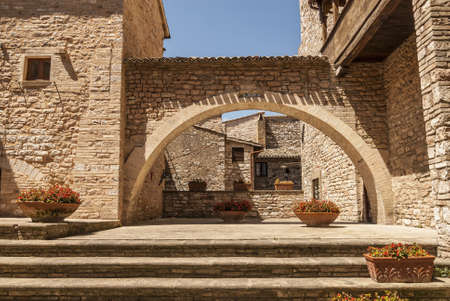 spello: Spello (Perugia, Umbria, Italy) - Courtyard of an ancient palace with arch