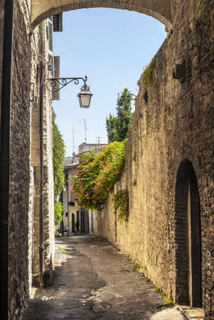 bevagna: Bevagna (Perugia, Umbria, Italy) - Old typical alley with arch