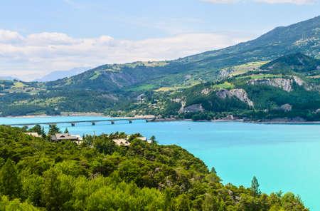 Lake of Serre-Poncon, near Embrun (Hautes-Alpes, Provence-Alpes-Cote dAzur, France) at summer 版權商用圖片