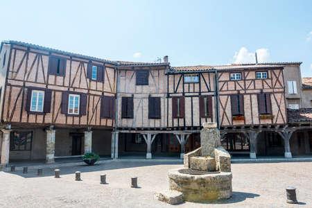 Lautrec (Tarn, Midi-Pirineos, Francia), pueblo medieval, con edificios de entramado de madera Foto de archivo - 23418882