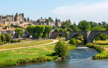 カルカソンヌ (オード、ラングドック = ルシヨン地域圏、フランス)、引用、橋、夏の午後の川 写真素材