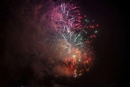 14th: Toulon (Var, Provenza-Alpes-Cote d'Azur, Francia): los fuegos artificiales tradicionales al 14 de julio Foto de archivo
