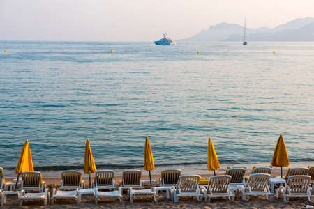 dazur: Cannes (Alpes-Maritimes, Provence-Alpes-Cote dAzur, France): the beach at evening Stock Photo