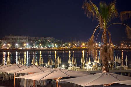カンヌ (アルプ = マリティーム県、プロヴァンス ・ アルプ = コート ・ ダジュール、フランス): 夜海岸 写真素材