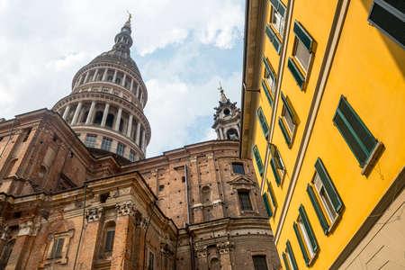 Novara (Piemonte, Italia): la cupola e il campanile della chiesa di San Gaudenzio Archivio Fotografico - 30800185