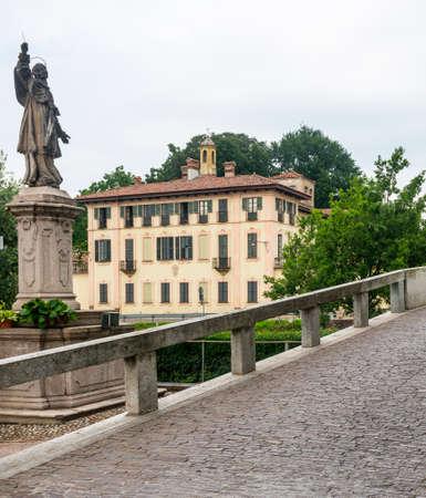 borromeo: Cassinetta di Lugagnano (Milan, Lombardy, Italy): the historic Villa Visconti, along the Naviglio Grande, bridge and statue of Carlo Borromeo