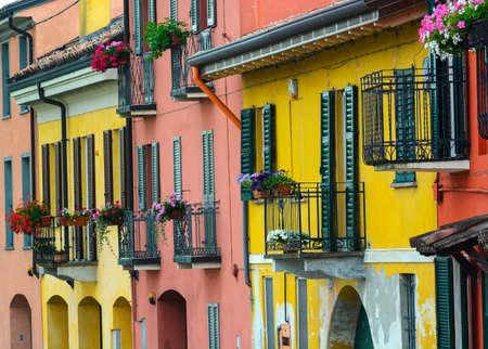 case colorate: Pavia (Lombardia, Italia): case colorate di Borgoticino Archivio Fotografico
