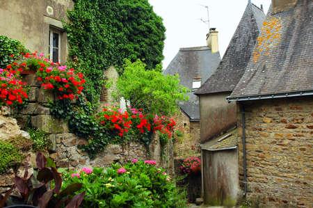 La Roche-Bernard (Morbihan, Bretagne, France): bâtiments anciens et fleurs typiques Banque d'images - 50518719
