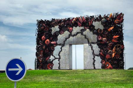 rond-point étrange en Midi-Pyrénées, France), avec un arc moderne Banque d'images