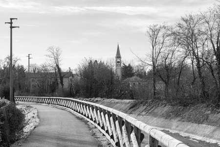 arboles blanco y negro: Canal Villoresi (Milán, Brianza, Lombardía, Italia), cerca de Limbiate: carril para peatones y bicicletas en invierno. En blanco y negro