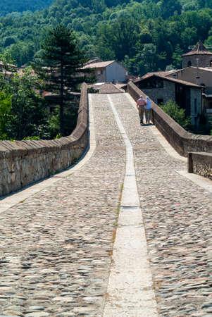 sant joan de les abadesses: Sant Joan de les Abadesses (Catalunya, Spain) - A couple on the historic bridge.