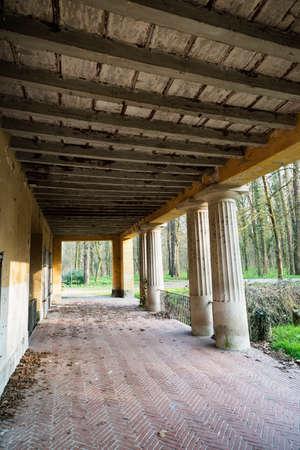 molino de agua: molino de agua histórico en el parque de Monza (Lombardía, Italia) en el invierno