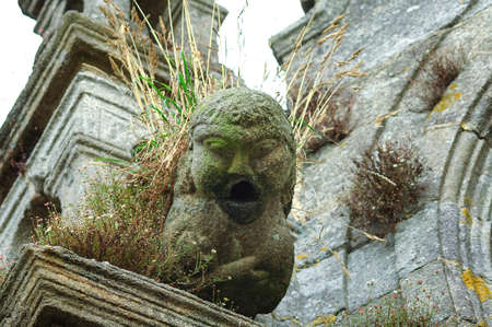 gargouille: Lampaul-Guimiliau (Finistère, Bretagne, France), gargouille de l'église médiévale Banque d'images
