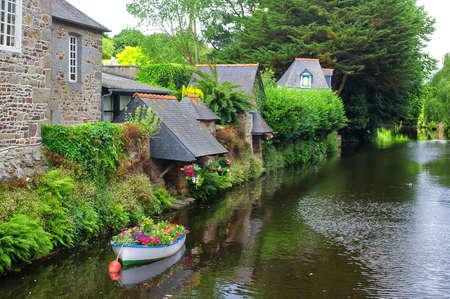 Pontrieux (Côtes-d'Armor, Bretagne, France): bateau et fleurs Banque d'images - 55604139